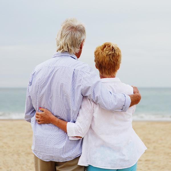 Starsza para obejmującasię